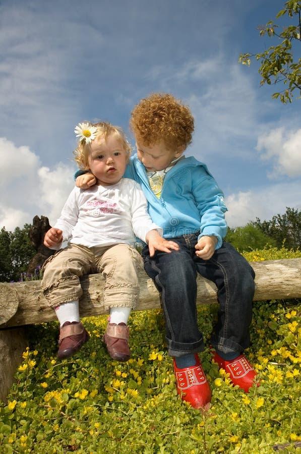 Miúdos bonitos no amor fotografia de stock royalty free