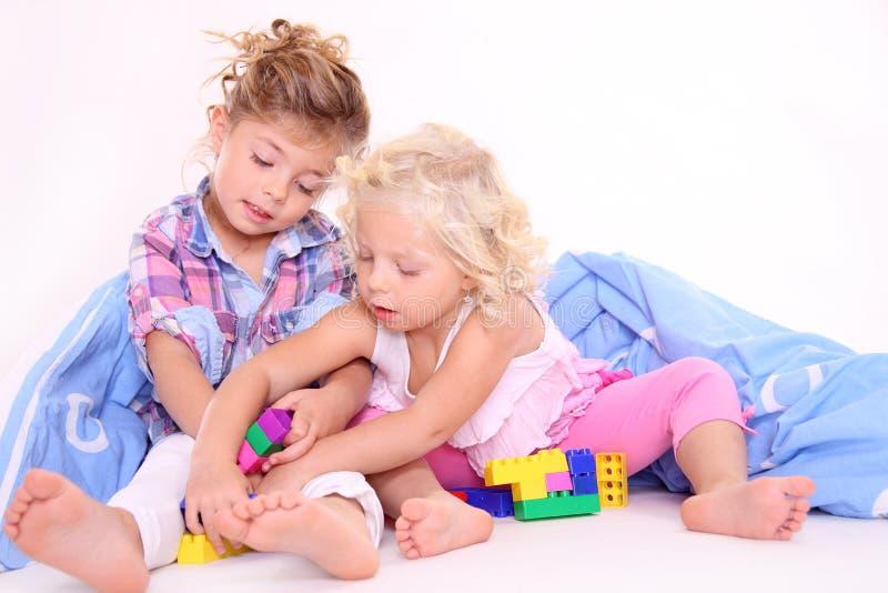 Miúdos bonitos que jogam blocos imagens de stock royalty free