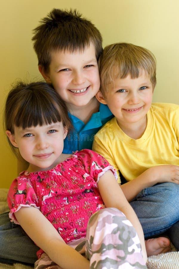 Miúdos bonitos que sentam-se perto imagem de stock royalty free