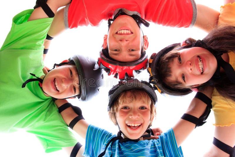Miúdos com capacetes e almofadas fotografia de stock royalty free