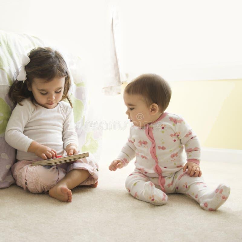 Miúdos com livro. fotografia de stock royalty free