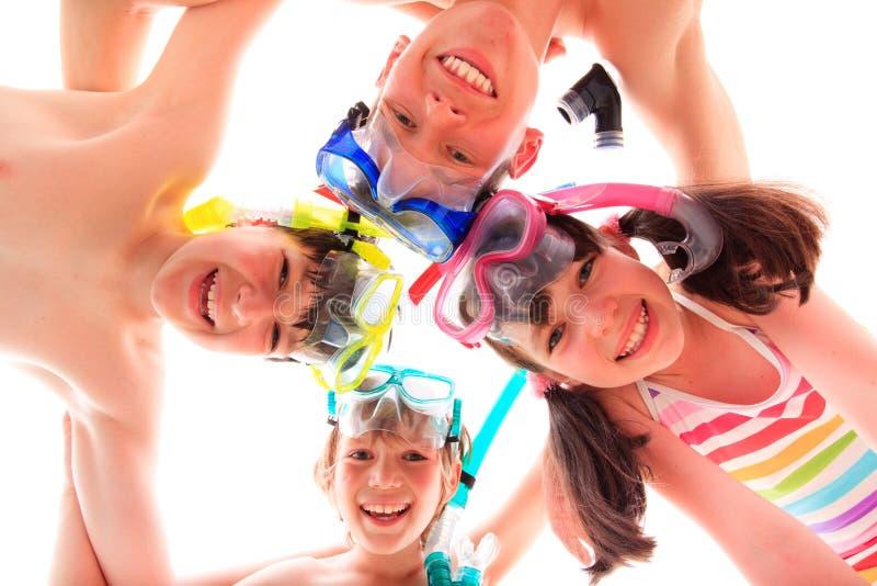 Miúdos com máscaras e snorkels imagens de stock royalty free