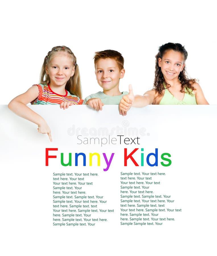 Miúdos com placa branca fotografia de stock