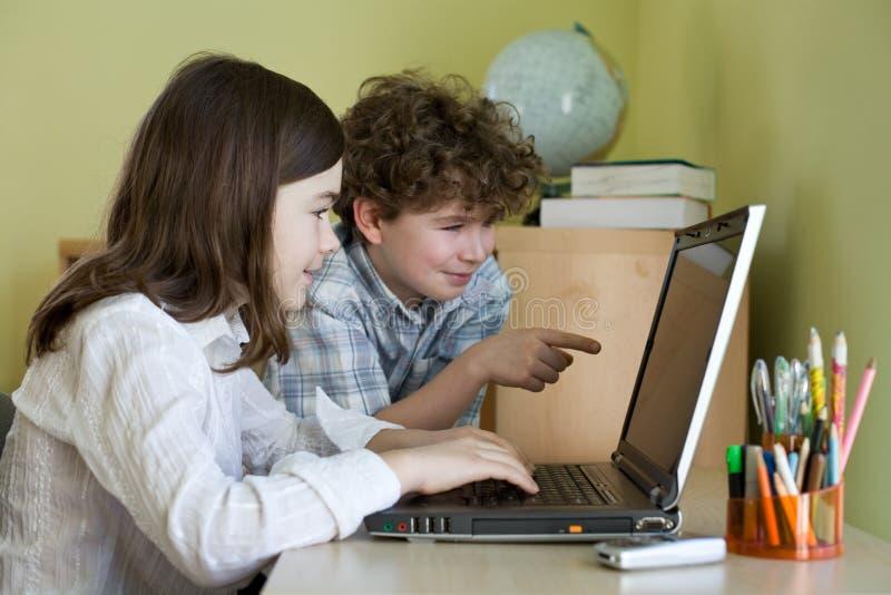 Miúdos com portátil fotografia de stock royalty free