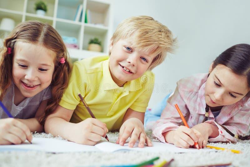 Miúdos creativos foto de stock