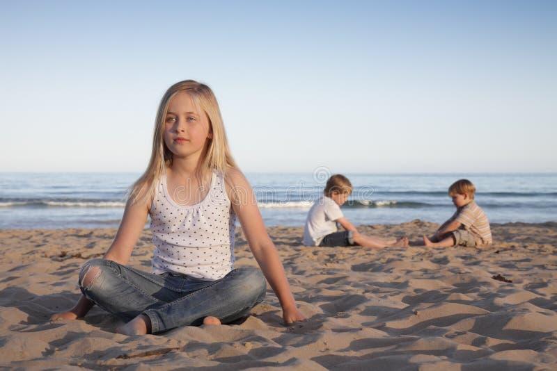 Miúdos da praia. imagem de stock
