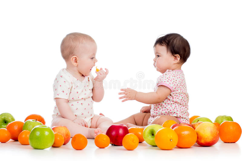 Miúdos das crianças que comem frutos fotos de stock royalty free