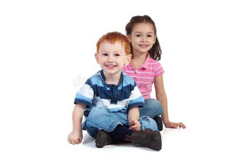 Miúdos de assento felizes imagem de stock royalty free