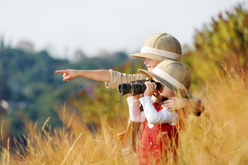 Miúdos de exploração fotografia de stock