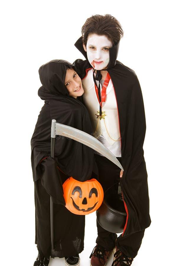 Miúdos de Halloween - irmãos foto de stock