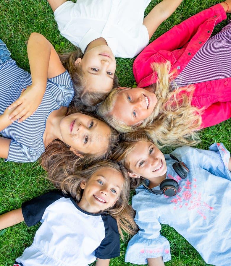 Miúdos de sorriso felizes imagem de stock