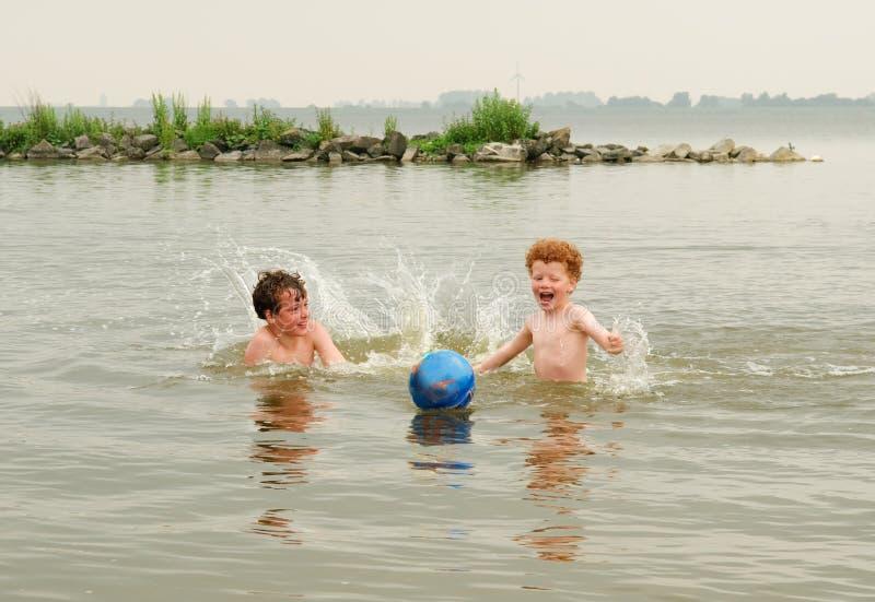 Miúdos do divertimento na água fotografia de stock royalty free