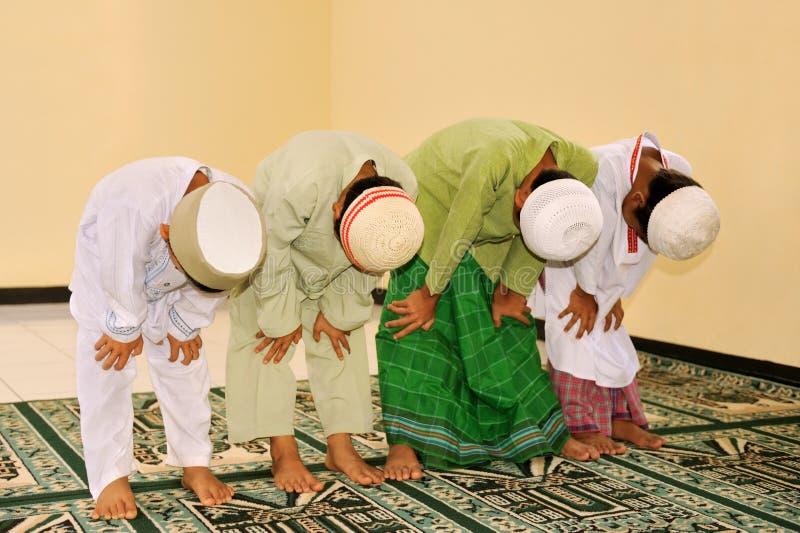 Miúdos do Islão que Praying foto de stock