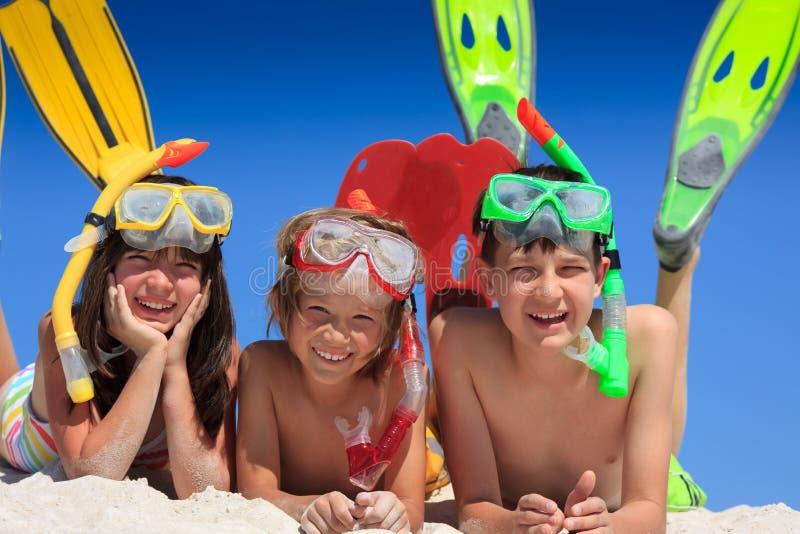 Miúdos do Snorkel na praia imagem de stock royalty free