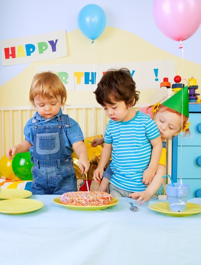 Miúdos e bolo de aniversário fotos de stock royalty free