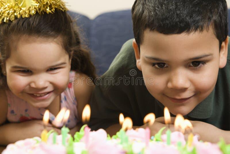 Miúdos e bolo de aniversário. fotos de stock royalty free
