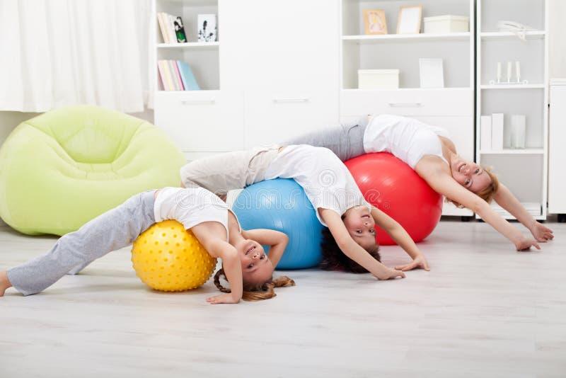 Miúdos e mulher que fazem esticando exercícios foto de stock royalty free