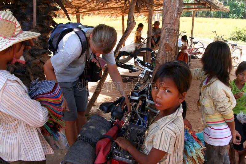 Miúdos em Angkor Wat imagem de stock