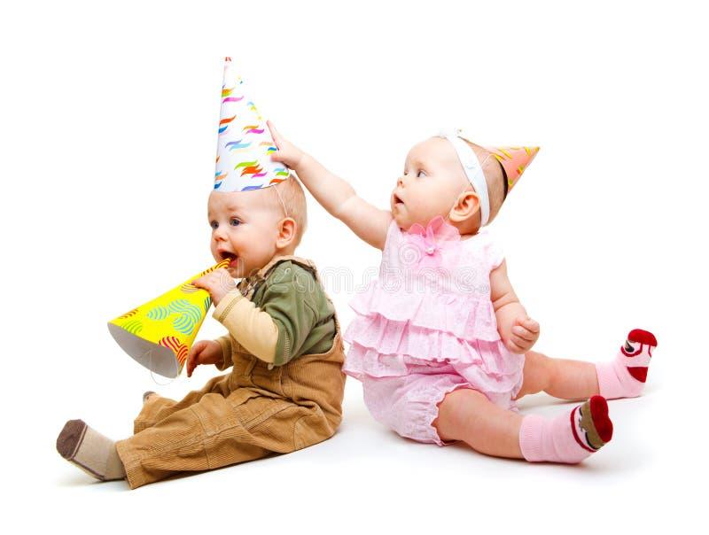 Miúdos em chapéus do partido fotografia de stock royalty free
