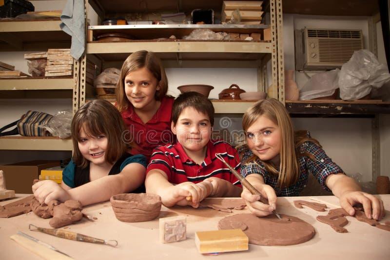 Miúdos em um estúdio da argila imagem de stock royalty free