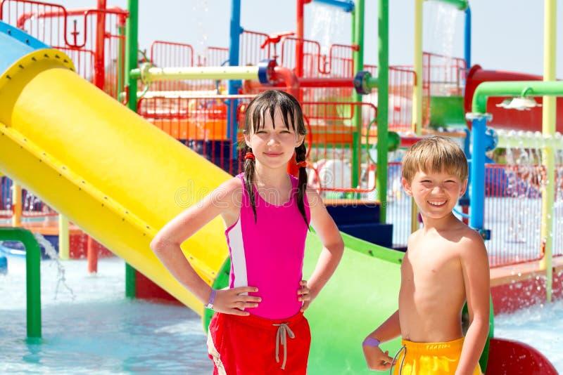 Miúdos em um parque da água fotografia de stock