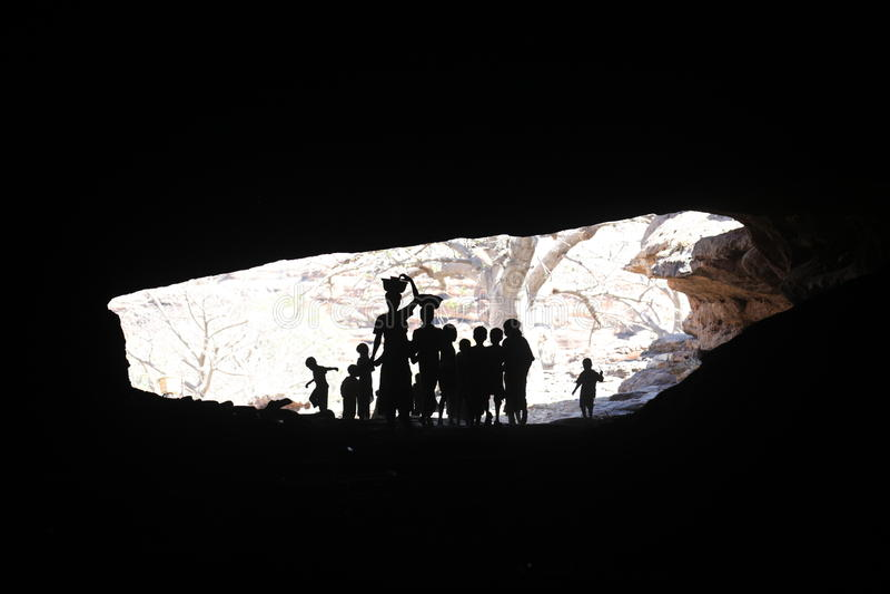 Miúdos em uma caverna imagem de stock