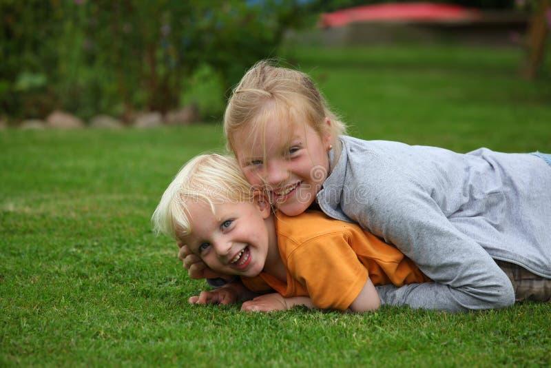 Miúdos felizes no jardim imagens de stock