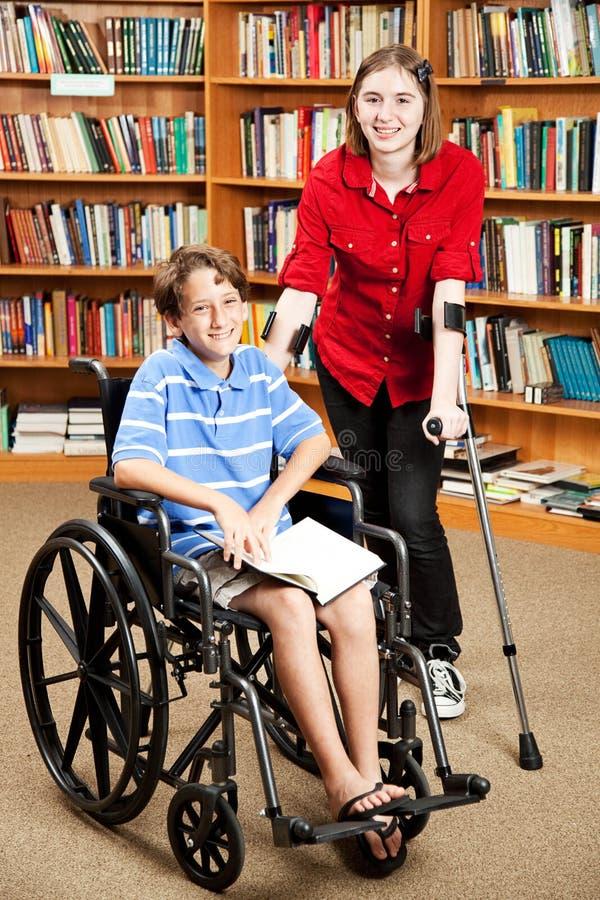 Miúdos incapacitados na escola imagem de stock