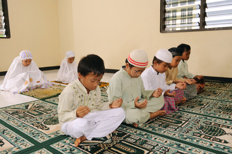 Miúdos muçulmanos que Praying imagem de stock royalty free