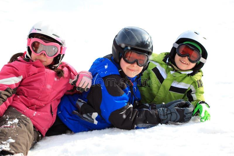 Miúdos na engrenagem da neve imagem de stock