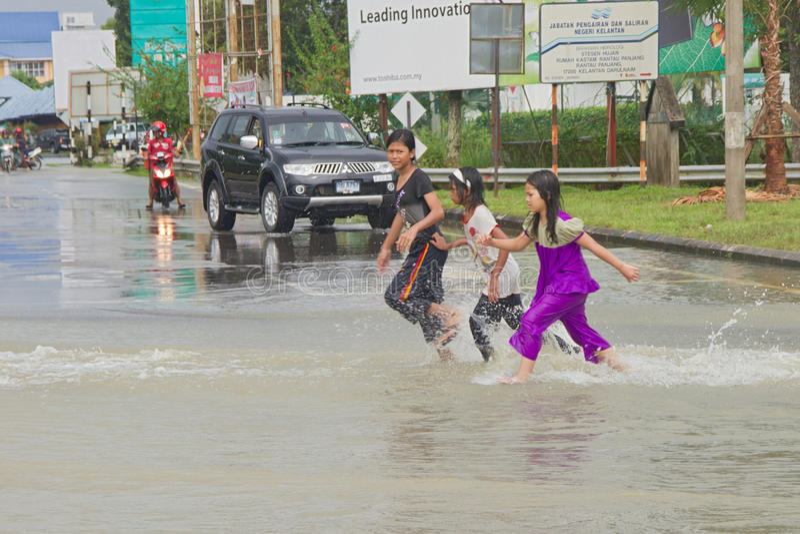 Miúdos na inundação fotografia de stock