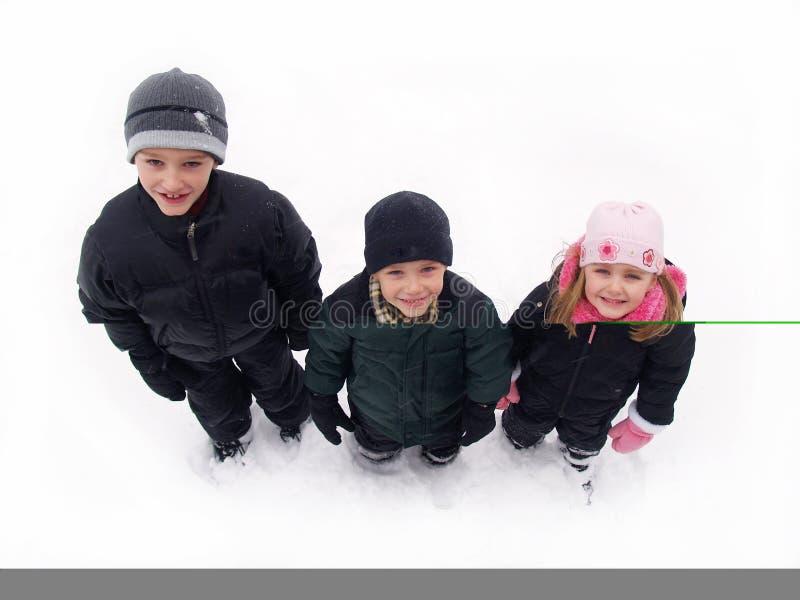 Miúdos na neve do inverno foto de stock royalty free