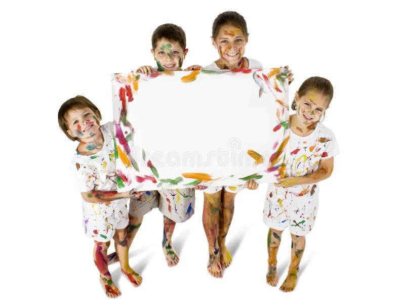 Miúdos na pintura com sinal fotografia de stock