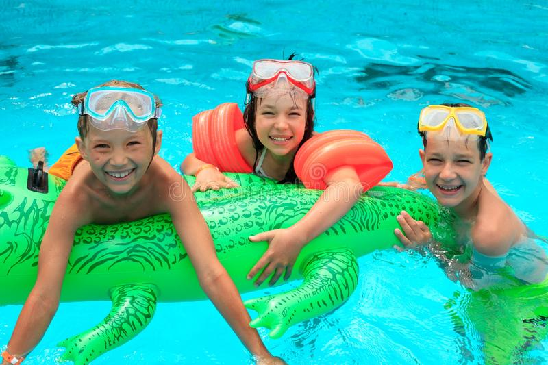 Miúdos na piscina foto de stock royalty free