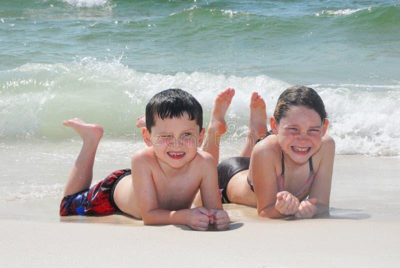 Miúdos na praia fotos de stock