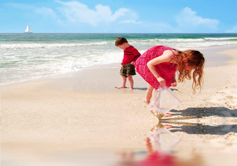 Miúdos na praia bonita imagem de stock