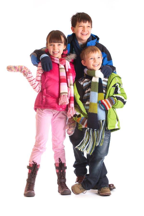 Miúdos na roupa do inverno foto de stock