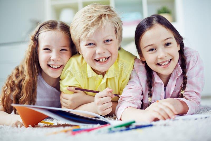 Miúdos no jardim de infância imagem de stock