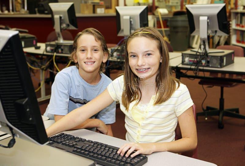 Miúdos no laboratório do computador imagem de stock royalty free