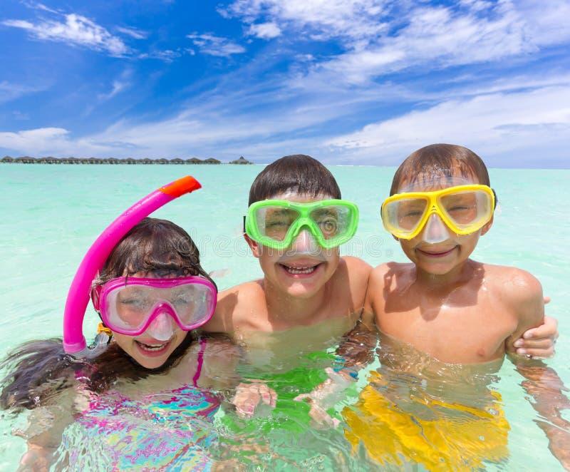 Miúdos no oceano fotografia de stock royalty free