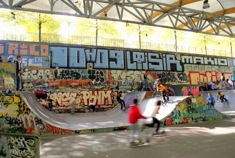 Miúdos no skatepark, Paris, France fotos de stock