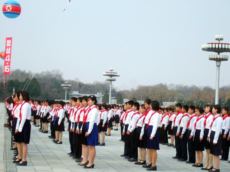 Miúdos pioneiros norte-coreanos durante a parada militar fotografia de stock