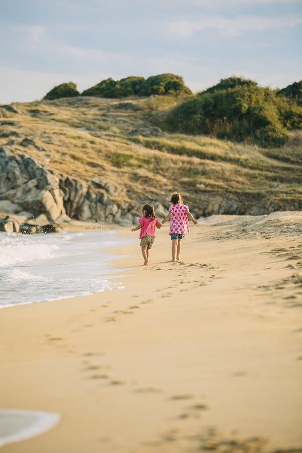 Miúdos que andam na praia imagens de stock royalty free