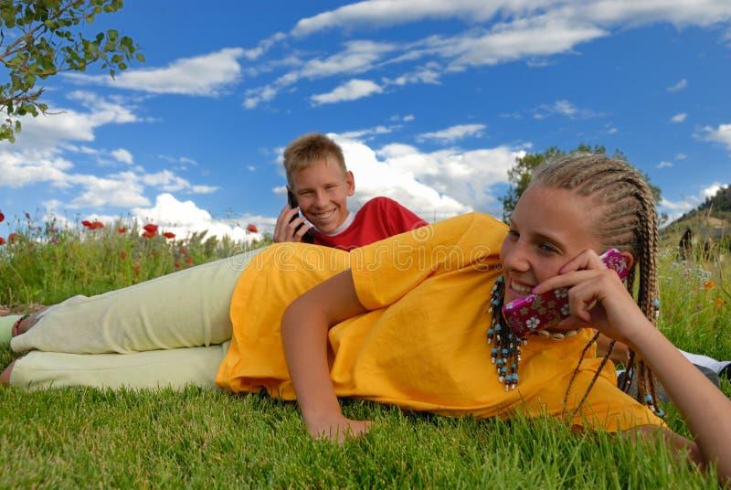 Miúdos que falam no telefone de pilha fotos de stock