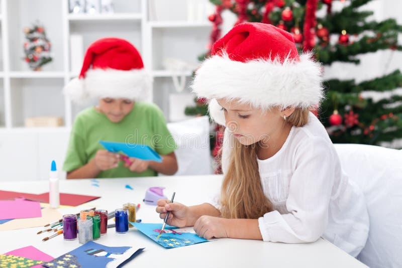 Miúdos que fazem cartões do Natal fotos de stock royalty free