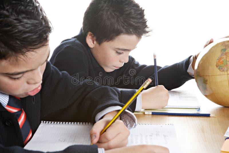 Miúdos que fazem trabalhos de casa em casa foto de stock
