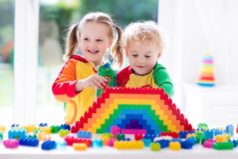 Miúdos que jogam com blocos coloridos fotos de stock
