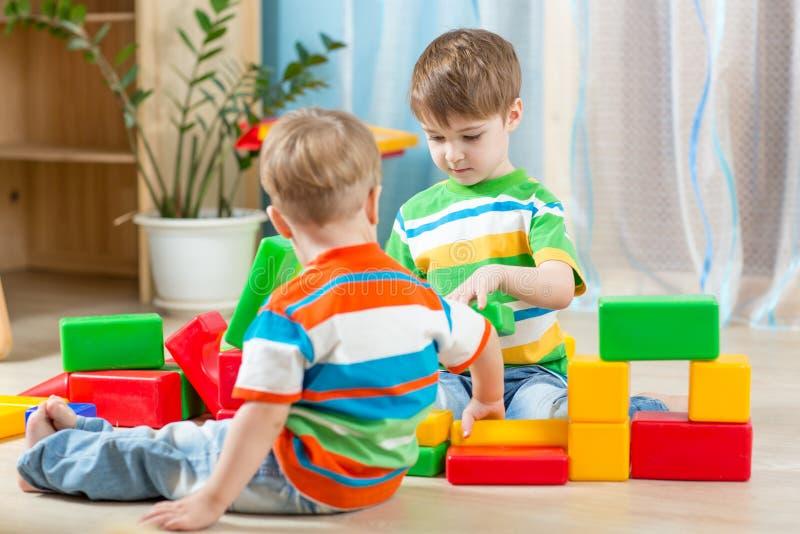 Miúdos que jogam na sala imagens de stock