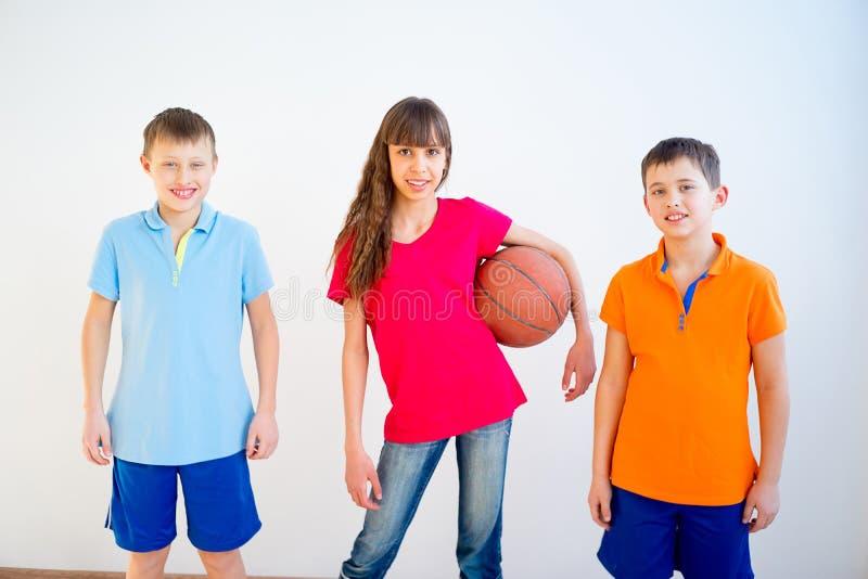 Miúdos que jogam o basquetebol fotos de stock