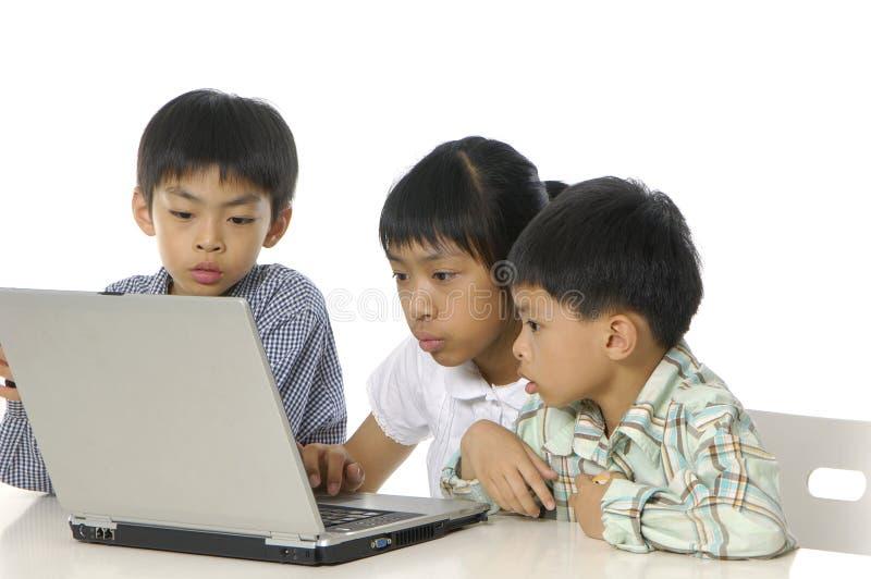 Miúdos que jogam o computador imagens de stock royalty free